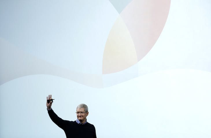 Apple CEO Tim Cook waves goodbye after an event at the Apple headquarters in Cupertino, California March 21, 2016. REUTERS/Stephen Lam - RTSBJ0H