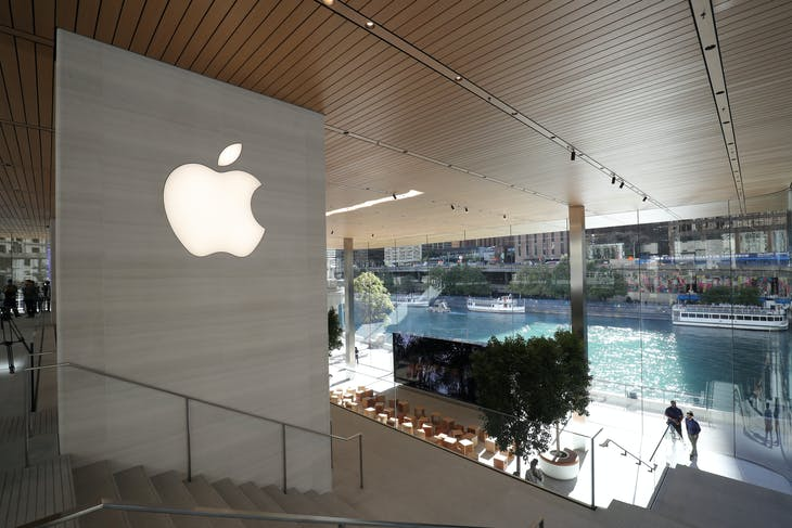 A general view of the inside of a new Apple store in Chicago, Illinois, U.S., October 19, 2017.  REUTERS/John Gress - RC138C0BA670
