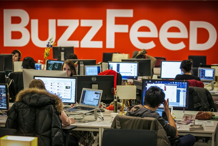 Buzzfeed employees work at the company's headquarters in New York January 9, 2014.   REUTERS/Brendan McDermid/File Photo - S1AETILHYYAA