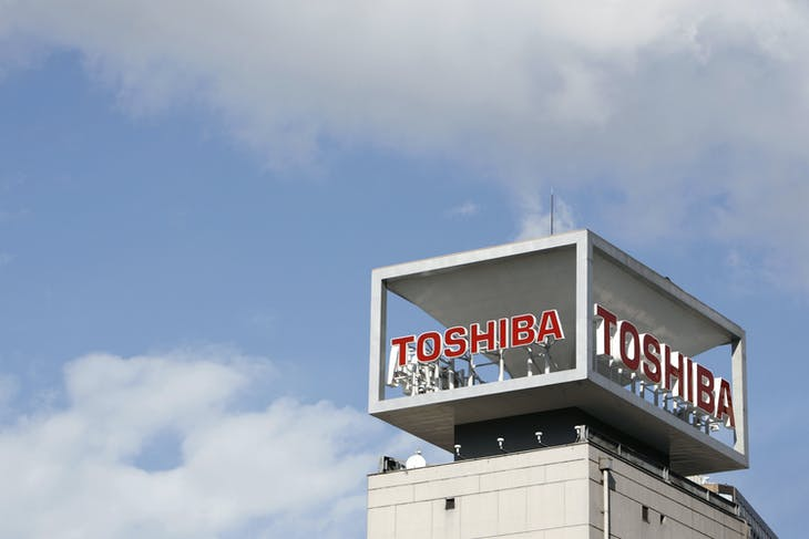 The logo of Toshiba Corp is seen at the company's headquarters in Tokyo January 10, 2009.   REUTERS/Stringer (JAPAN BUSINESS) - GF2E5910A2W01