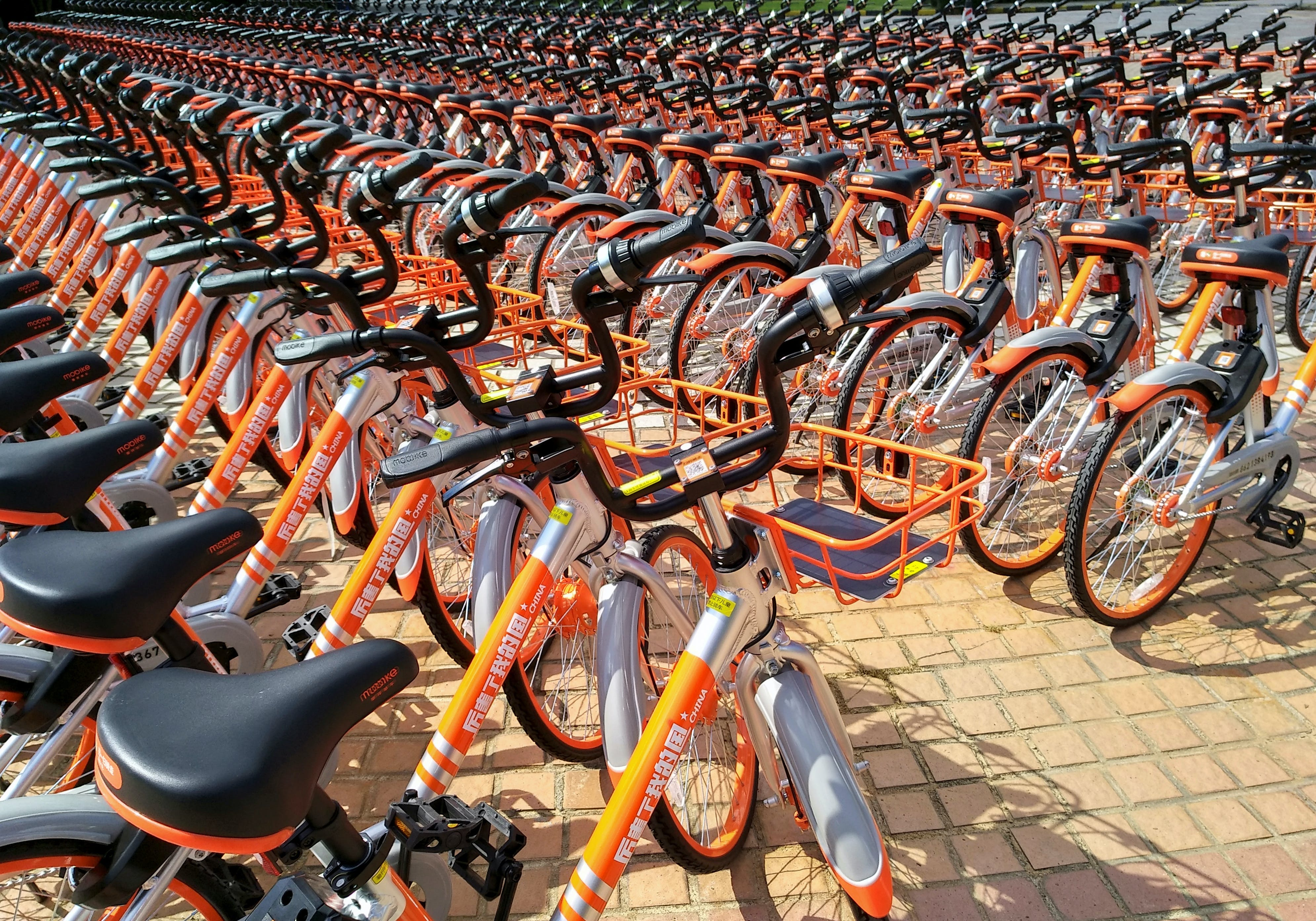 Mobike's shared bikes are lined up in Shenzhen, Guangdong province, China August 19, 2017. REUTERS/Stringer ATTENTION EDITORS - THIS IMAGE WAS PROVIDED BY A THIRD PARTY. CHINA OUT. NO COMMERCIAL OR EDITORIAL SALES IN CHINA. - RC135F7E17D0