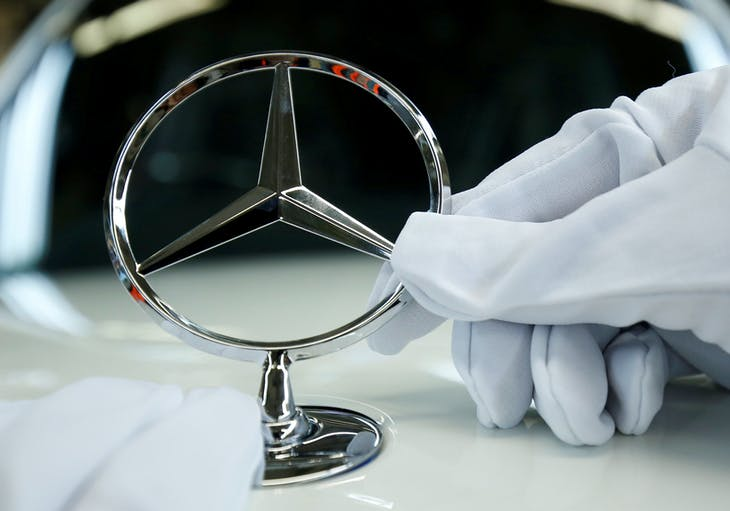FILE PHOTO: An employee of German car manufacturer Mercedes Benz installs the brand's characteristic star on a Mercedes S-Class (S-Klasse) at a production line at the Mercedes Benz factory in Sindelfingen, Germany, January 24, 2018.   REUTERS/Ralph Orlowski   FOR EDITORIAL USE ONLY/File Photo - RC1F0AEA89C0