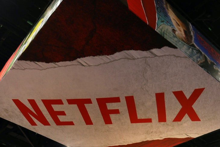 The Netflix logo is shown above their booth at Comic Con International in San Diego, California, U.S., July 21, 2017.     REUTERS/Mike Blake - RC1F37E7BCD0